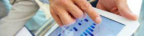 Técnico superior en administración y finanzas manejando una tablet
